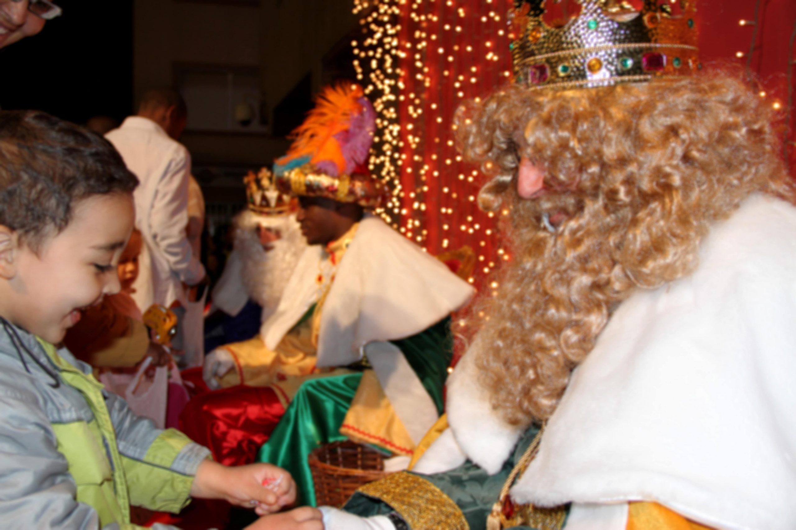 Niño en la cablagata de Reyes Magos