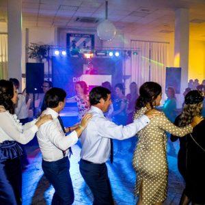 Invitados bailando con la animación musical de Delicado Eventos.