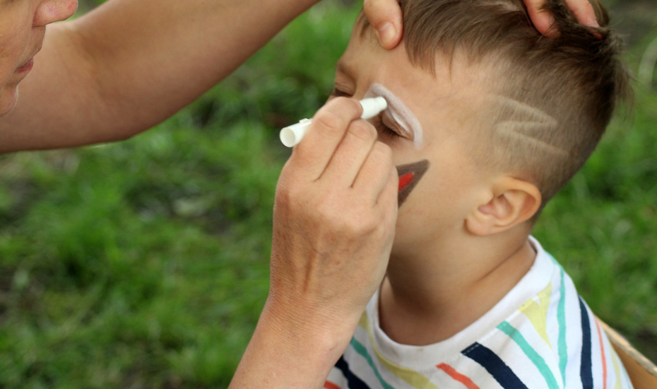 Animador infantil realizando pintacaras