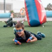 Niño jugando en un cumpleaños a Batallas Nerf con Bubble Soccer.