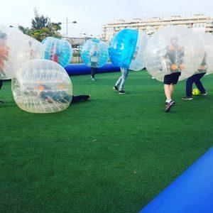 Personas jugando al fútbol de burbuja en las instalaciones de Bubble Soccer.