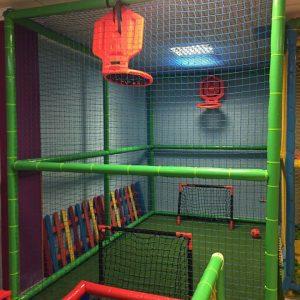 Campo de fútbol en local para fiestas infantiles.