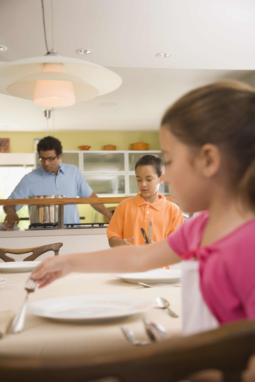 Niños poniendo la mesa.