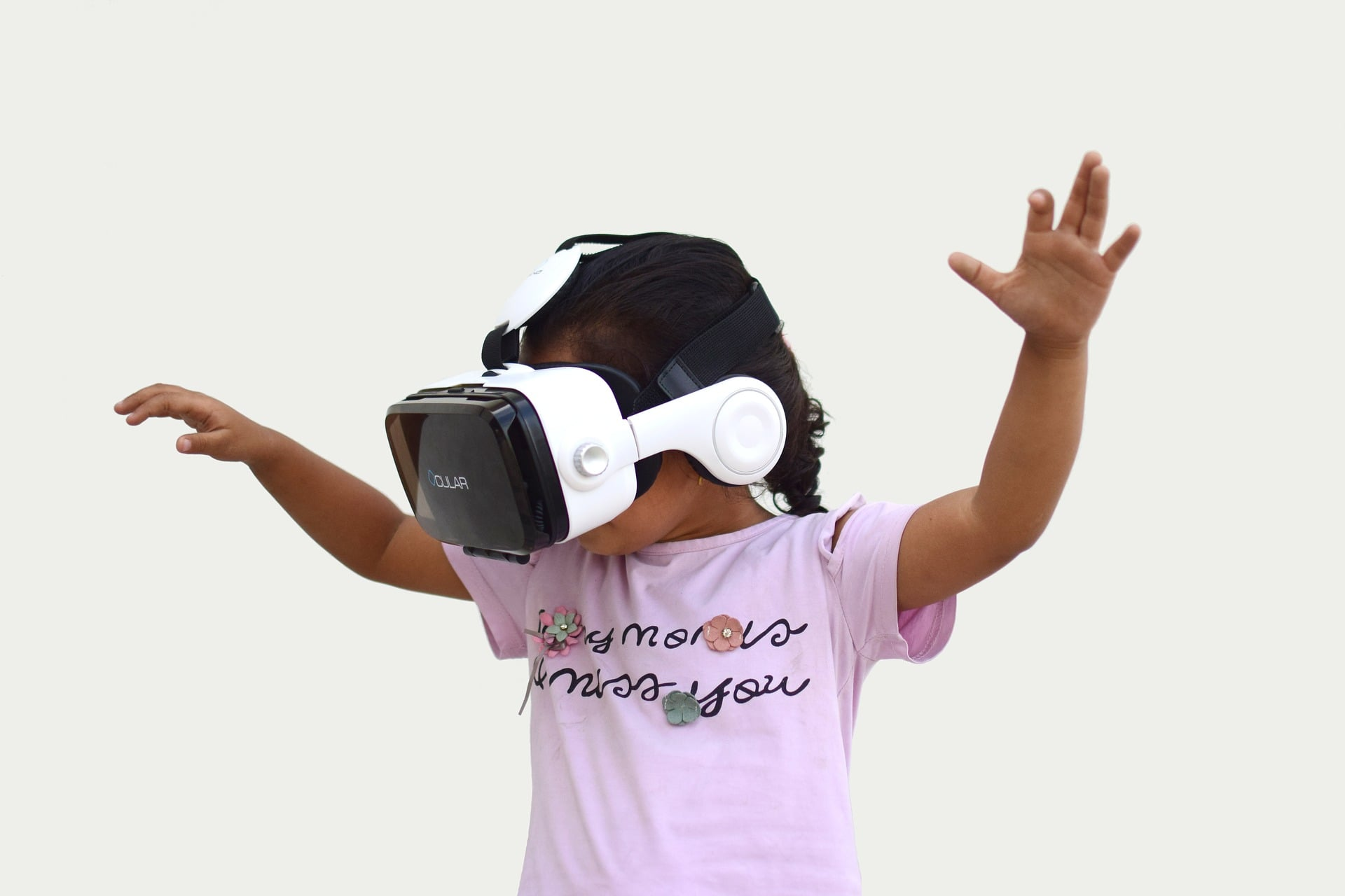 Niña jugando a realidad virtual
