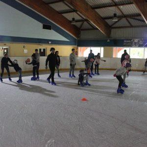 Niños y adultos patinando sobre hielo en Benalmádena.