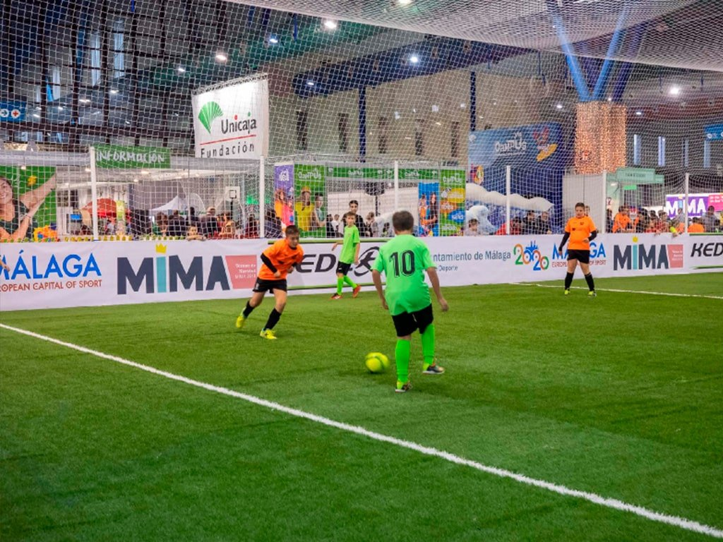 Niños jugando al fútbol en MIMA.