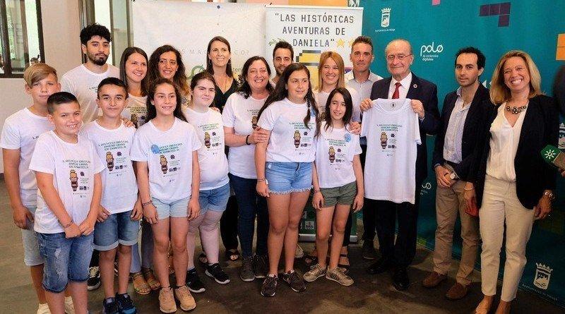 Francisco de la Torre con los creadores de Las historicas aventuras de Daniela