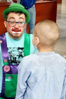 Fundador de A.C.A.E. Payasos de Hospital, Fco. Javier Núñez con un niño hospitalizado