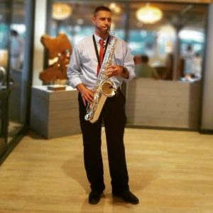 Saxofonista solista Jerry Erola