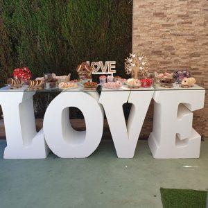 Mesa dulce con letras para eventos.