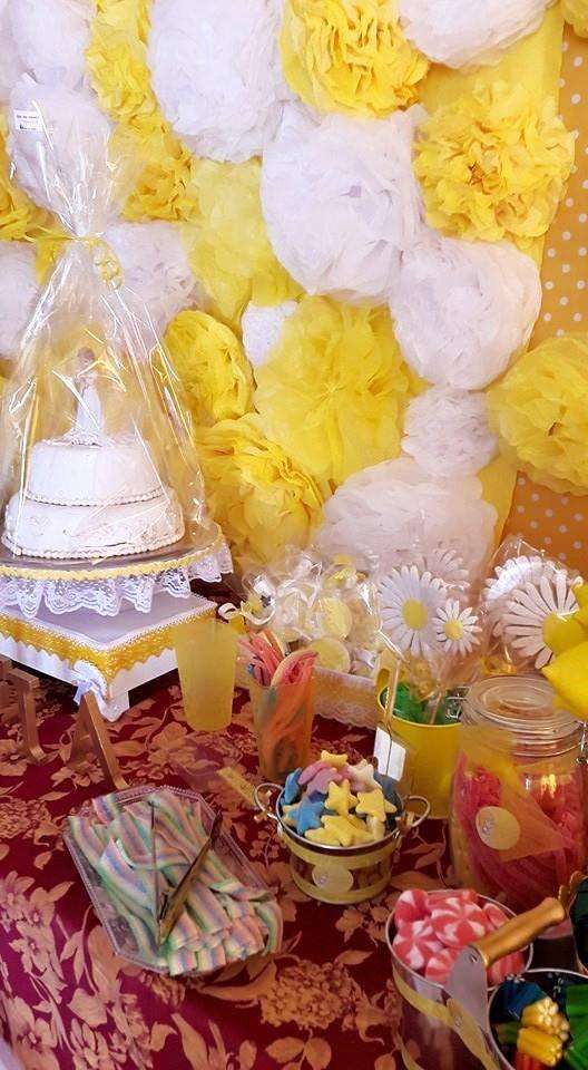 Mesa dulce de flores para comunión