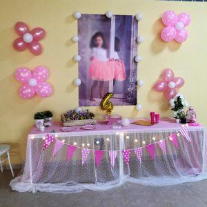 Mesa dulce con flores.