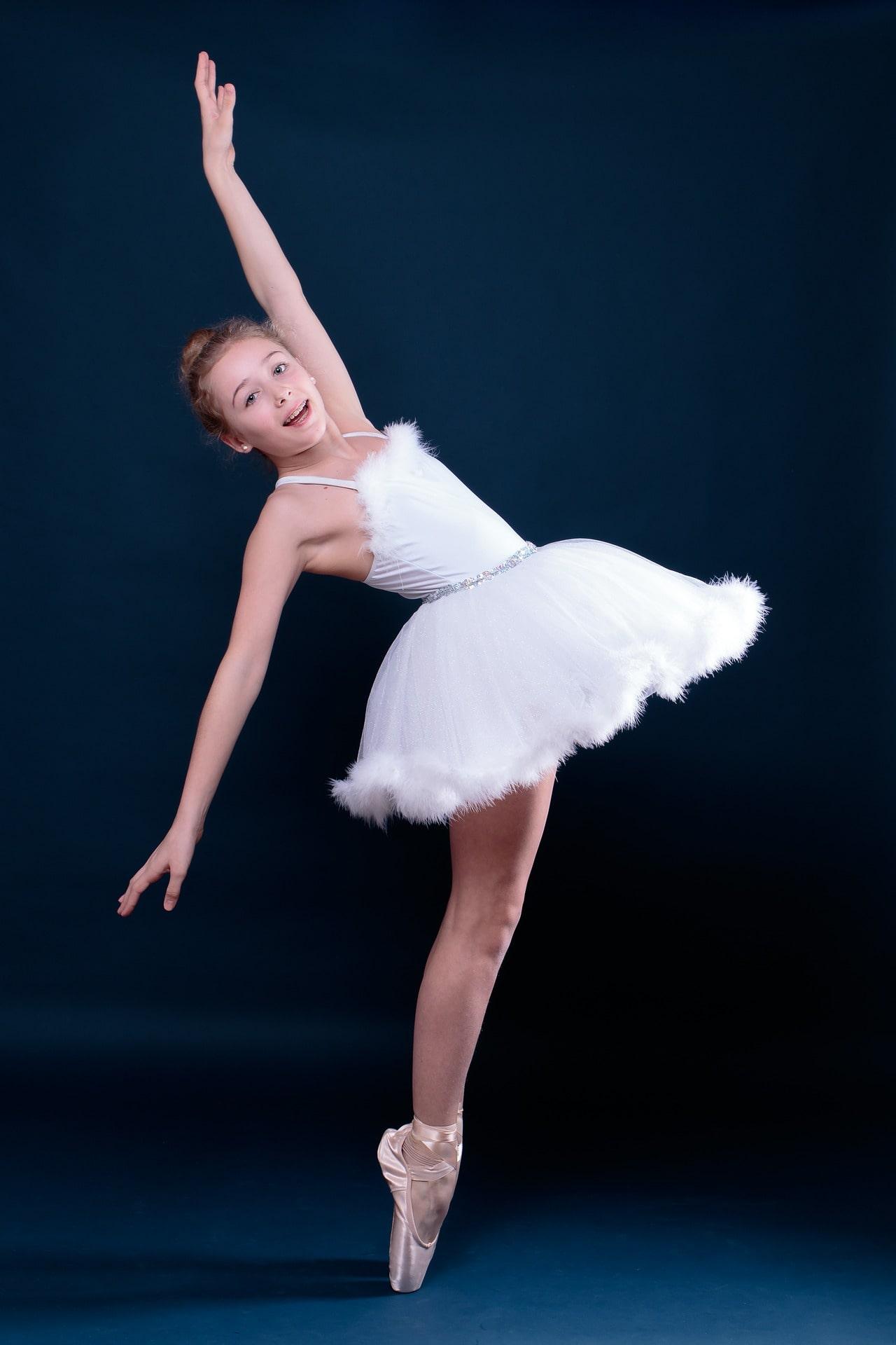 Niña bailando ballet.