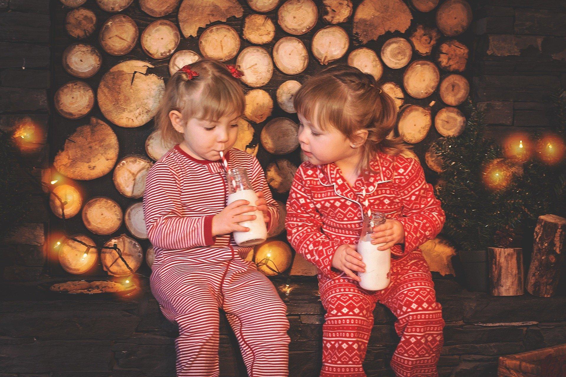 Niñas tomando un batido en Navidad.