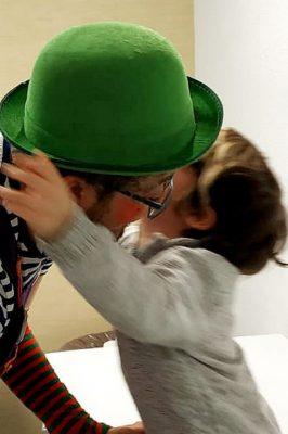 Niño abrazando a un payaso de ACAE