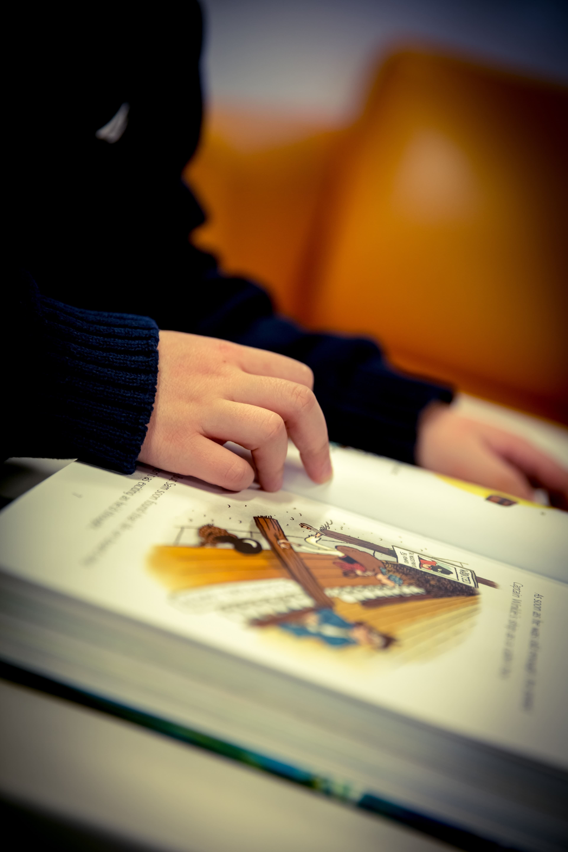 Niño/a leyendo.