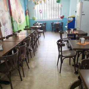 Cafetería en parque infantil para cumpleaños.