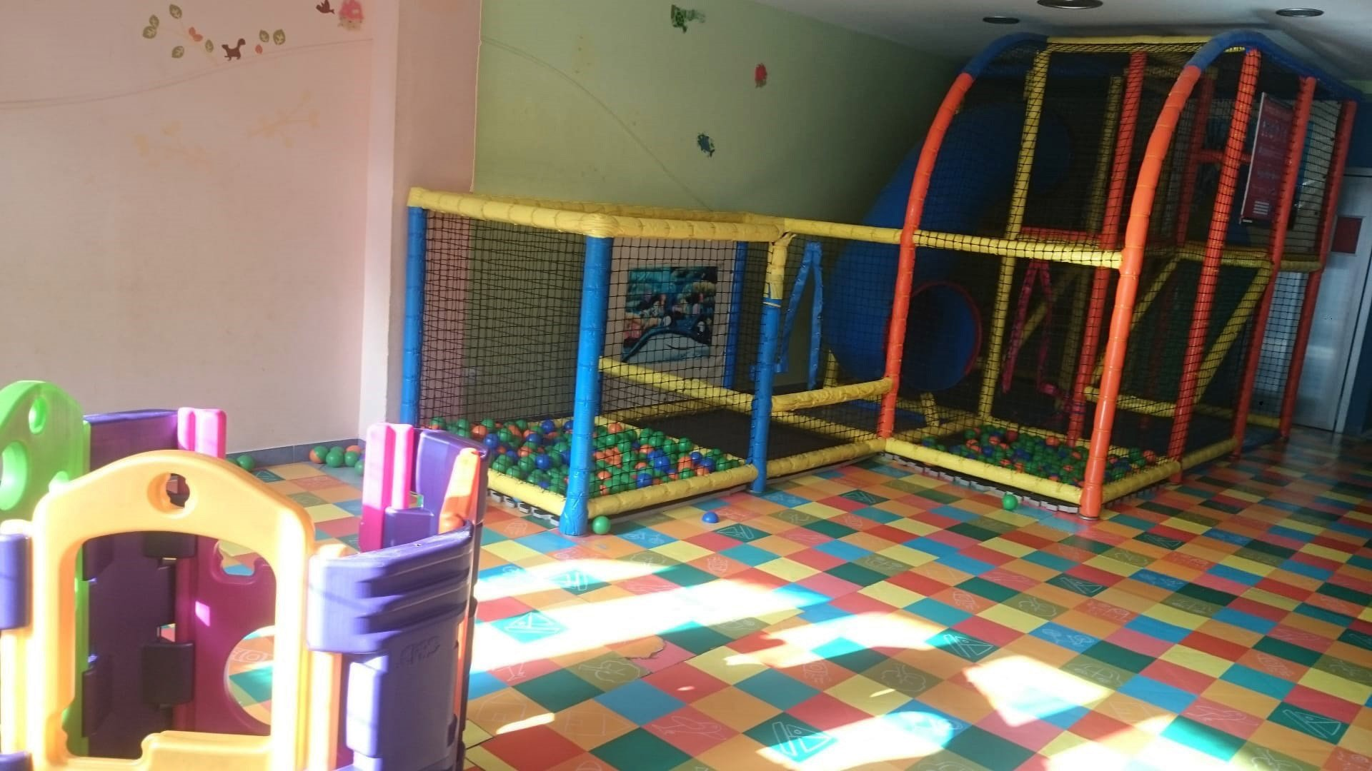 Parque de bolas en Cafetería Nemo de Benalmádena.