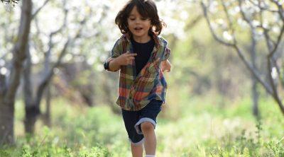 Pequeño corriendo por el campo