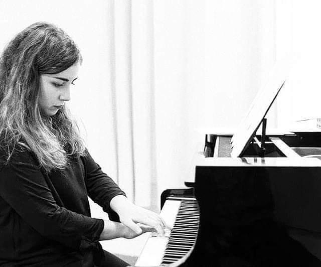 Pianista tocando en un evento.