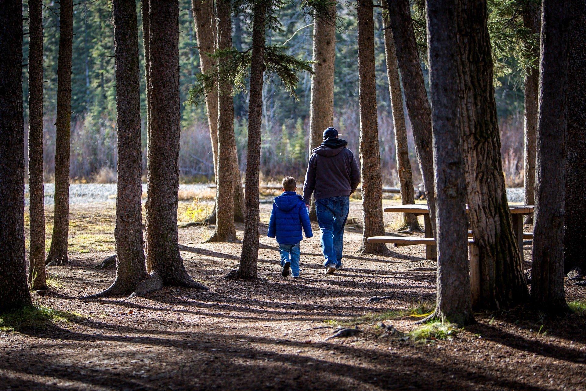 Familia haciendo senderismo.