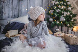 Niña con sus regalos de navidad.