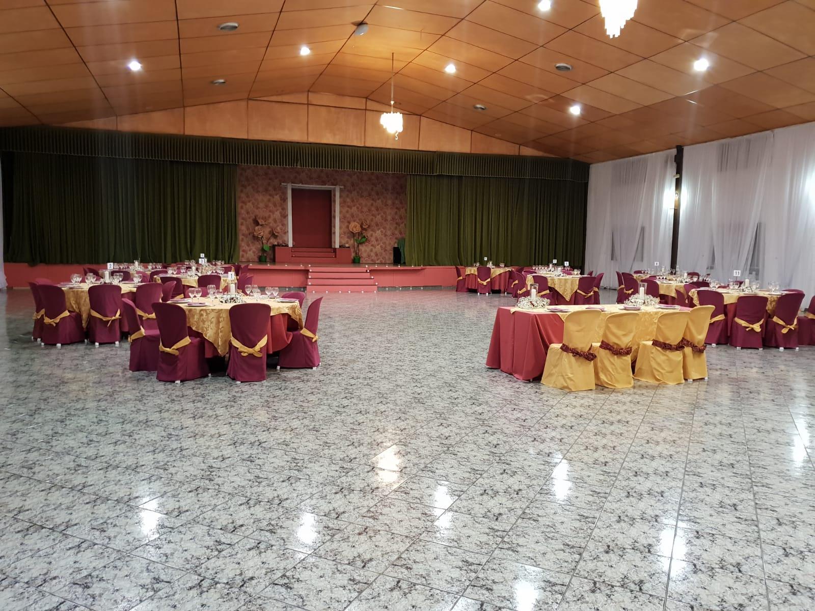 Salón con escenario en Restaurante Río Grande Cártama