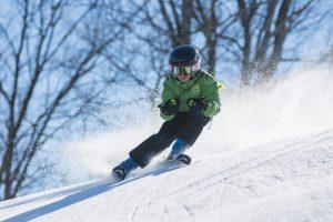 Niño practicando ski