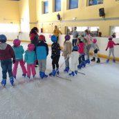 cumpleaños-infantiles-diferentes-club-de-hielo-benalmadena-niños-en-pista-con-monitora-malaga
