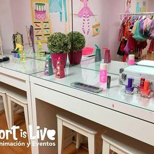 Sala con disfraces y pinturas para niños.