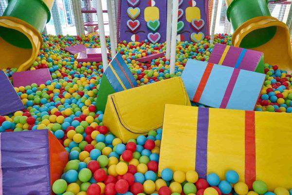 Parque de bolas en local de celebraciones.