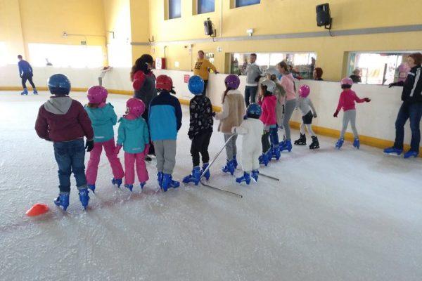 niños en pista con monitora en fila